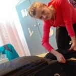 s Emila dopycha walizę