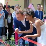 Nożyczki się znalazły! Oficjalnie otwierają plac zabaw: Aleksandra Szwed i Prezydent Tomasz Trela.
