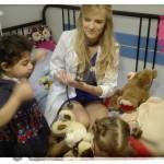Ciocia Kasia na co dzień jest lekarzem - czuwa nad zdrowiem swoich pacjentów. Razem badaliśmy nasze misie ;-)